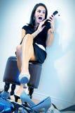 Frau aufgeregt durch das Schuheinkaufen Stockfotos