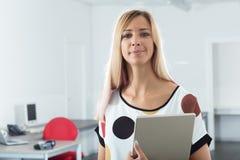 Frau in Büro workpace mit digitaler Tablette Lizenzfreie Stockbilder