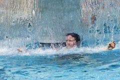 Frau am Badekurort unter Wasserfalldusche Lizenzfreie Stockfotos