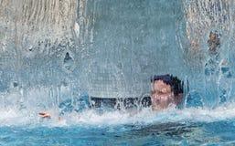 Frau am Badekurort unter Wasserfalldusche Lizenzfreie Stockfotografie