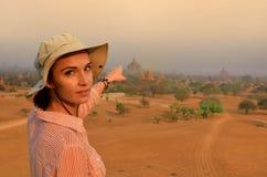 Frau in Bagan während des Sonnenscheins lizenzfreie stockfotos