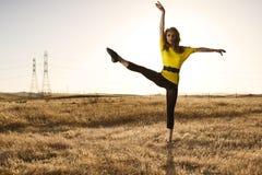 Frau in Balet Haltung auf einem Gebiet Lizenzfreie Stockfotos