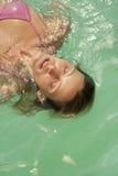 Frau Bali-1, die in Wasser schwimmt Lizenzfreies Stockbild