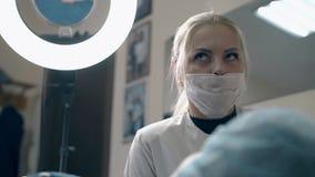 Frau beantwortet Kundenfragen über die Braue, die im Salon tätowiert stock video