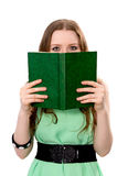 Frau bedeckt ihr Gesicht mit einem Buch Lizenzfreies Stockbild