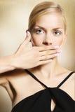 Frau bedeckt ihren Mund Stockbild