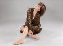 Frau bedeckt in netzförmigem Gewebe Lizenzfreie Stockbilder