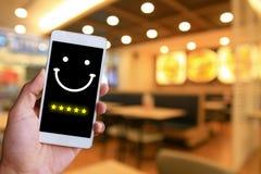 Frau bedrängt Gesicht Emoticon auf virtuellem Touch Screen an intelligentem stockbild