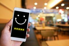 Frau bedrängt Gesicht Emoticon auf virtuellem Touch Screen an intelligentem lizenzfreies stockbild