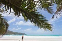 Frau bei Anse Lazio, Seychellen Lizenzfreie Stockfotografie
