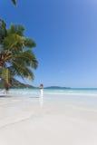 Frau bei Anse Volbert, Seychellen Stockbild