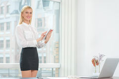Frau bei der Arbeit Junge und überzeugte Geschäftsfrau, die forwar schaut Stockbilder