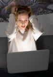Frau bei der Arbeit mit dem Computer, der schmerzliche Kopfschmerzen erleidet Lizenzfreie Stockfotografie