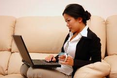 Frau bei der Arbeit vom Haus Lizenzfreie Stockfotografie