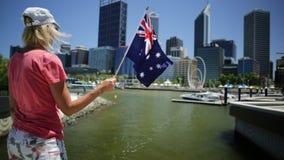 Frau bei Elizabeth Quay Marina stock video