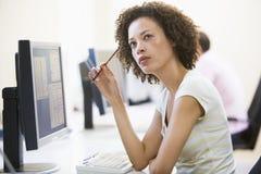 Frau beim Computerraumdenken Lizenzfreies Stockbild