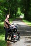 Frau beim Feiertagsradfahren stockbild