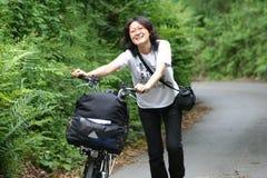 Frau beim Feiertagsradfahren stockfotografie