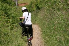 Frau beim Feiertagsradfahren Lizenzfreie Stockfotografie