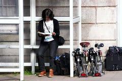 Frau beim Feiertagsradfahren lizenzfreie stockbilder