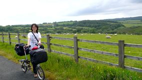 Frau beim Feiertagsradfahren lizenzfreies stockfoto