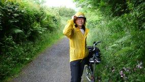 Frau beim Feiertagsradfahren stockbilder