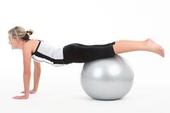 Frau beim Gymnastikausstattungstrainieren Stockbild