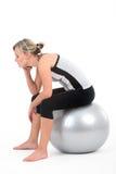 Frau beim Gymnastikausstattungstrainieren Stockfotografie