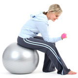 Frau beim Gymnastikausstattungstrainieren Stockfotos