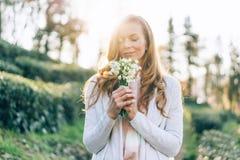 Frau beim Hintergrundbeleuchtungsriechen stockbilder