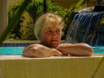 Frau beim Hotelpoolträumen Stockfoto