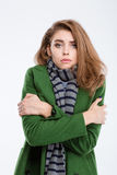 Frau beim Mantel- und Schaleinfrieren Stockfotografie