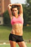 Frau beim Sport-Büstenhalter-Ausdehnen Stockfoto