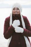 Frau beim Winterlächeln Stockfotografie