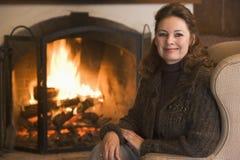 Frau beim Wohnzimmerlächeln stockbild
