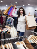 Frau am Bekleidungsgeschäft Stockfotografie