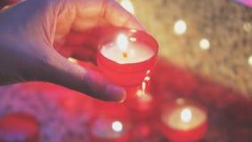 Frau beleuchtet eine Kerze stock video footage