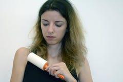 Frau benutzt eine Rolle lizenzfreies stockfoto