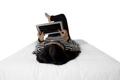 Frau benutzt Tablette mit leerem Bildschirm stockfoto