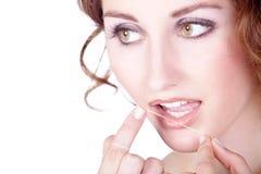 Frau benutzte eine Zahnseide lizenzfreie stockfotografie