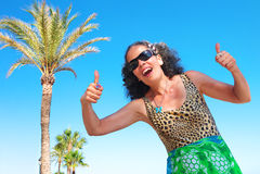 Frau über 50 Daumen Up Strand-Konzept Lizenzfreie Stockfotografie