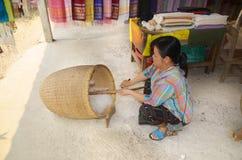 Frau bereiten Baumwollfasern vor Stockfoto