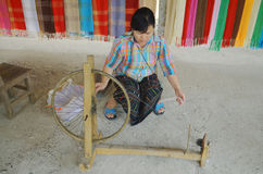 Frau bereiten Baumwollfasern vor Stockfotografie