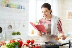 Frau bereitet richtige Mahlzeit vor stockfotos