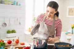 Frau bereitet richtige Mahlzeit vor stockbilder