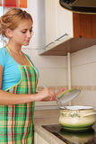 Frau bereitet Suppe zu stockfotos