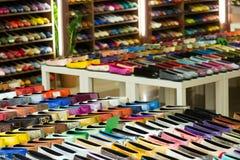 Frau beschuht Verschiedenartigkeit am Shop stockbilder