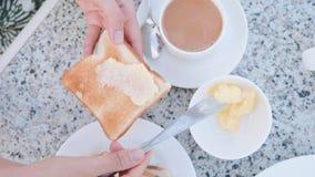 Frau bestreicht Toasttafelmesser mit Butternsandwich zum Fr?hst?ck mit Butter stock video footage