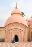 Frau beten in 108 Shiva Temple bei Burdwan, Westbengalen, Indien Lizenzfreies Stockfoto