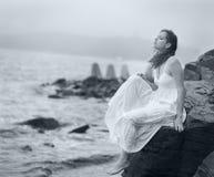 Frau betrachtet in den Abstand Meer Stockfoto